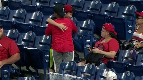 Young fan gifts foul ball to another young fan in Philadelphia