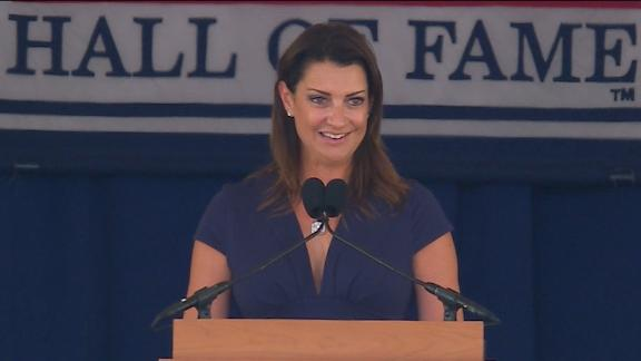 Halladay's wife makes emotional HOF speech