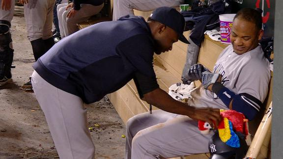 Yanks gift Encarnacion with toy parrot after 30th HR