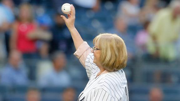 Munson's wife throws out 1st pitch on 40th anniversary of his death