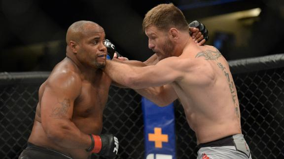 Miocic beats Cormier to regain title