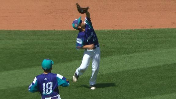 Italy little leaguer makes terrific over-the-shoulder catch