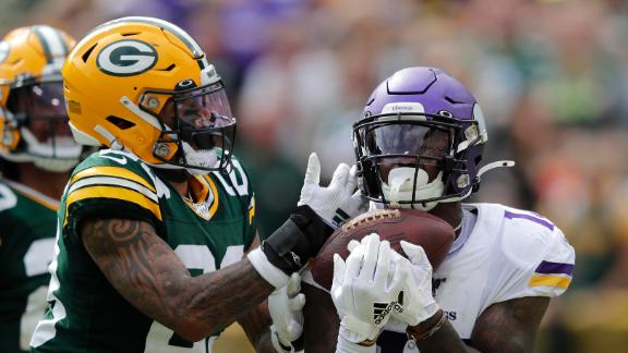 Diggs mean mugs Packers fans after deep TD
