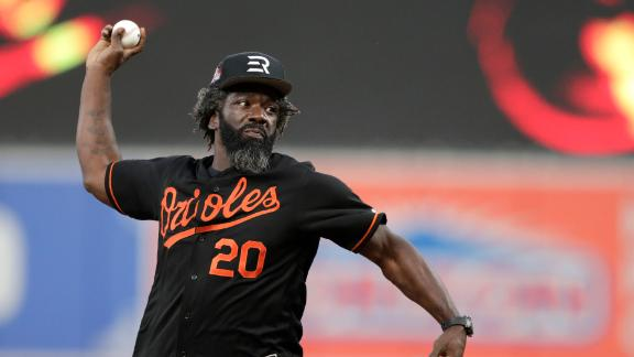 Ed Reed throws out 1st pitch in Baltimore