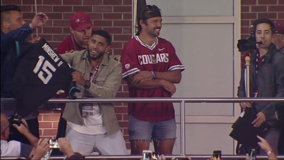 Minshew Mania rocks jorts in return to Washington State