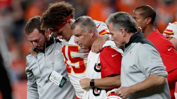Mahomes exits game in 2nd quarter with knee injury