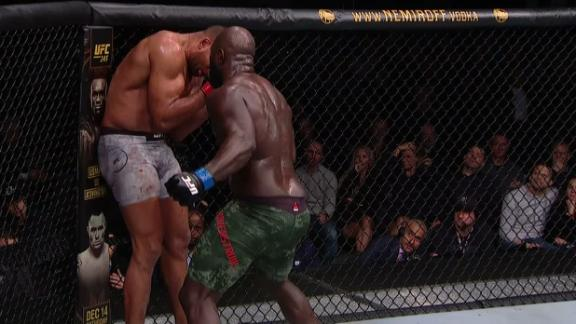 Rozenstruik works Overeem's body against the cage