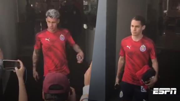 Ángulo y Calderón salen de la clínica ya con ropa de Chivas