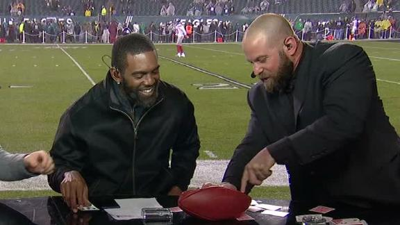 Moss gets fooled by former Eagles long snapper's magic trick