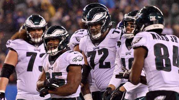Eagles pull away from Giants late to clinch NFC East