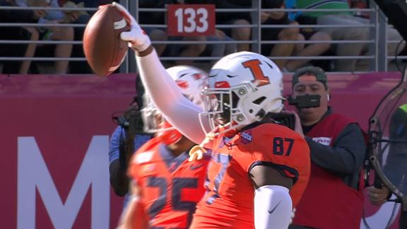 Peters lobs to Barker for a 5-yard Illinois TD