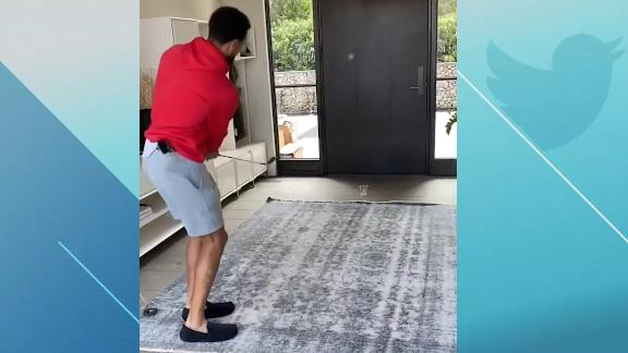 Curry shows off his golf skills with a trick shot