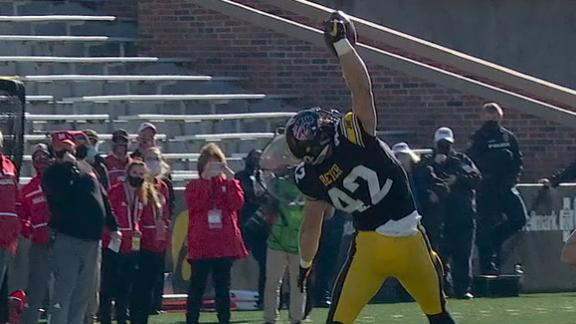 Iowa's Beyer reaches back for one-handed grab