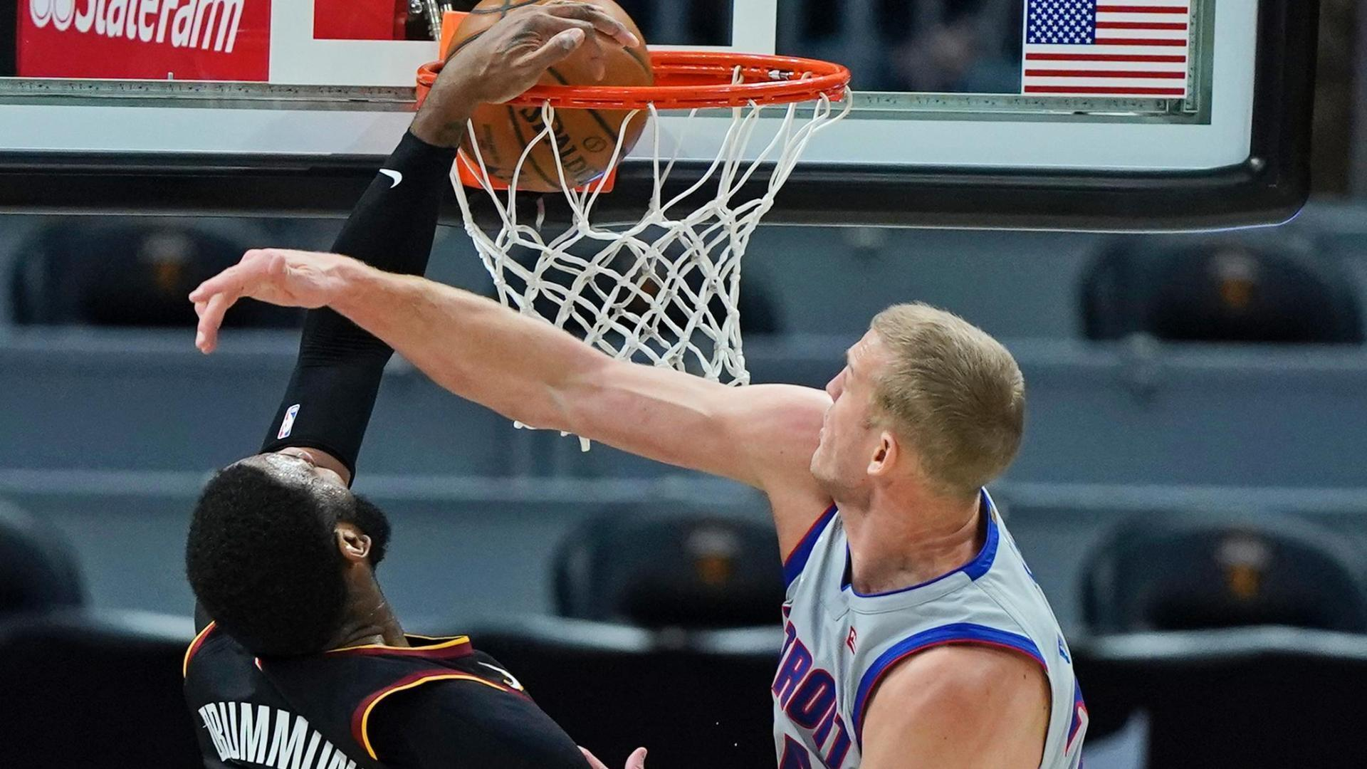 Drummond dunks all over Plumlee to cap Cavs' win