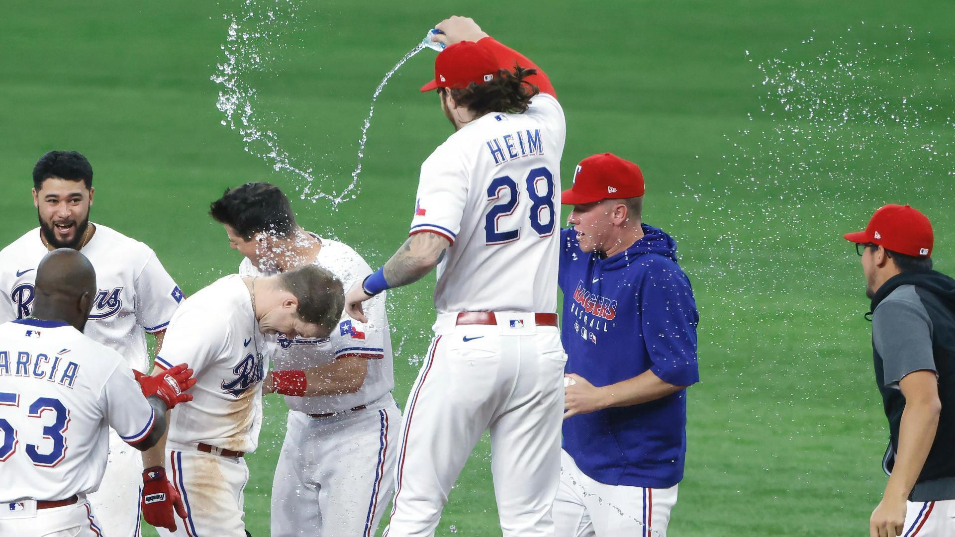 Brock Holt walks it off for the Rangers in the 11th