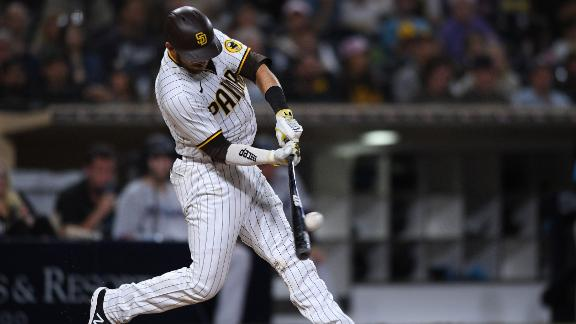 Austin Nola breaks tie with RBI single for Padres
