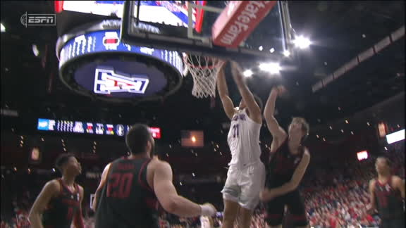Lee makes noise with putback dunk