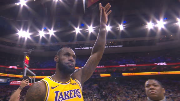 LeBron receives standing ovation after passing Kobe