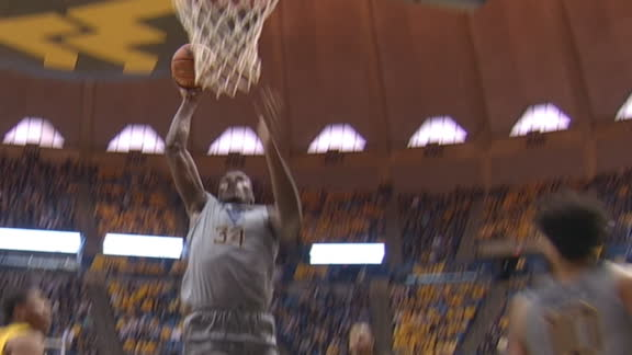McCabe throws no-look pass to Tshiebwe for slam