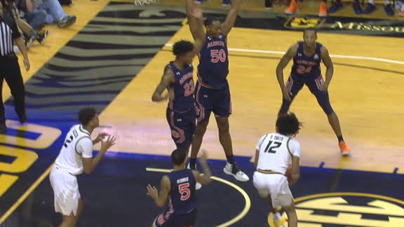 Smith dekes 2 Auburn defenders, slips past for bucket