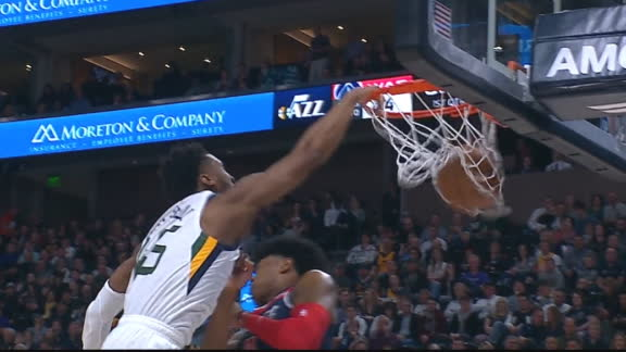 Mitchell hammers home one-handed slam