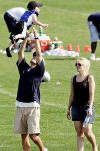 Josh McDaniels amb la seva esposa i fill