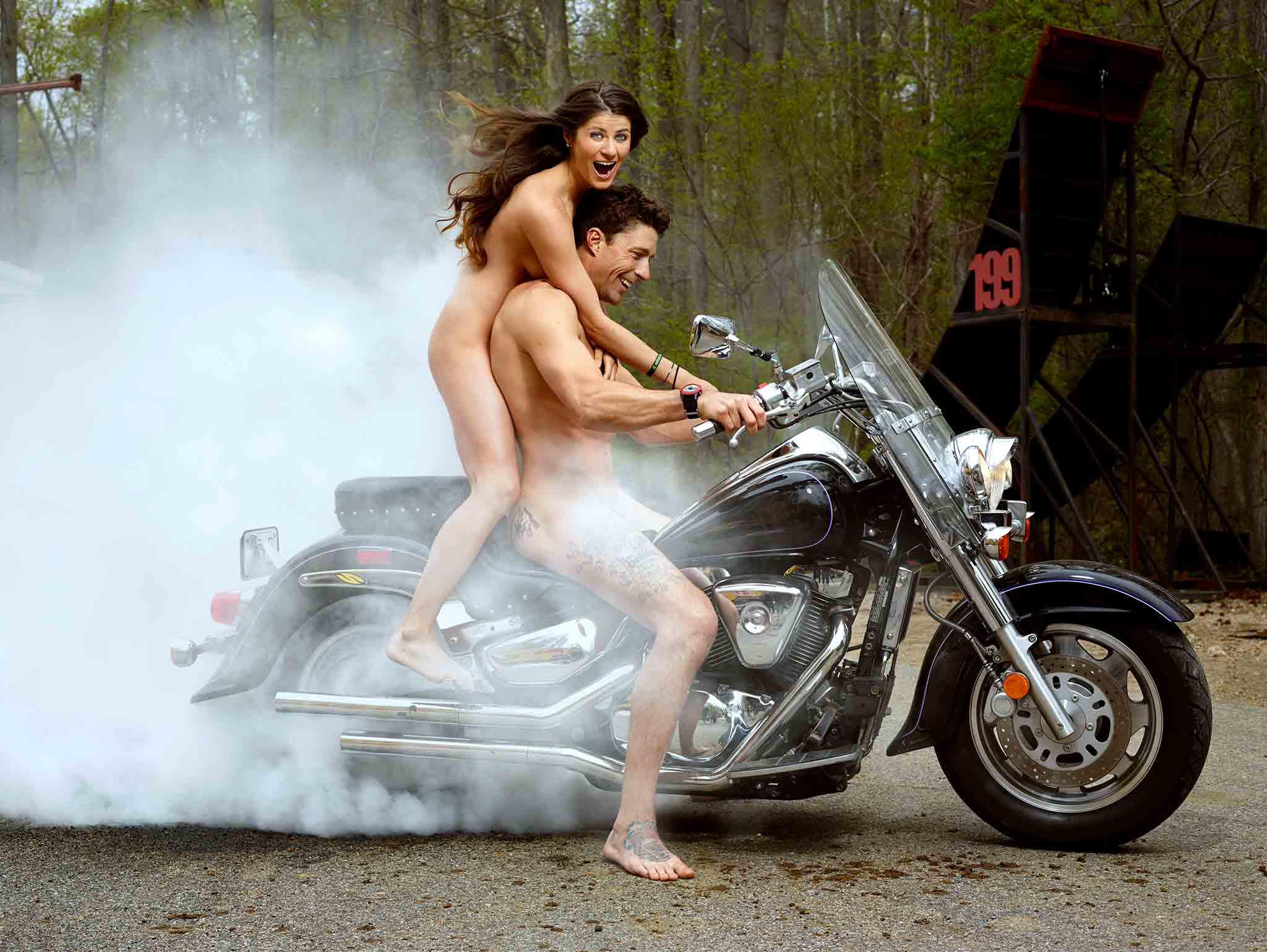 голый парень на мотоцикле