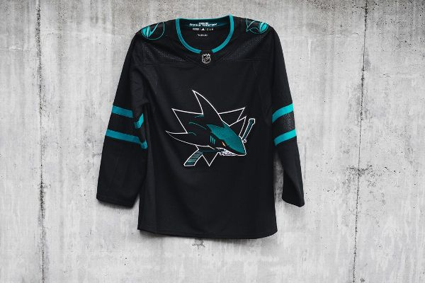 new arrival a9f38 d381e Erik Karlsson unveils new Sharks jersey in surprise ...