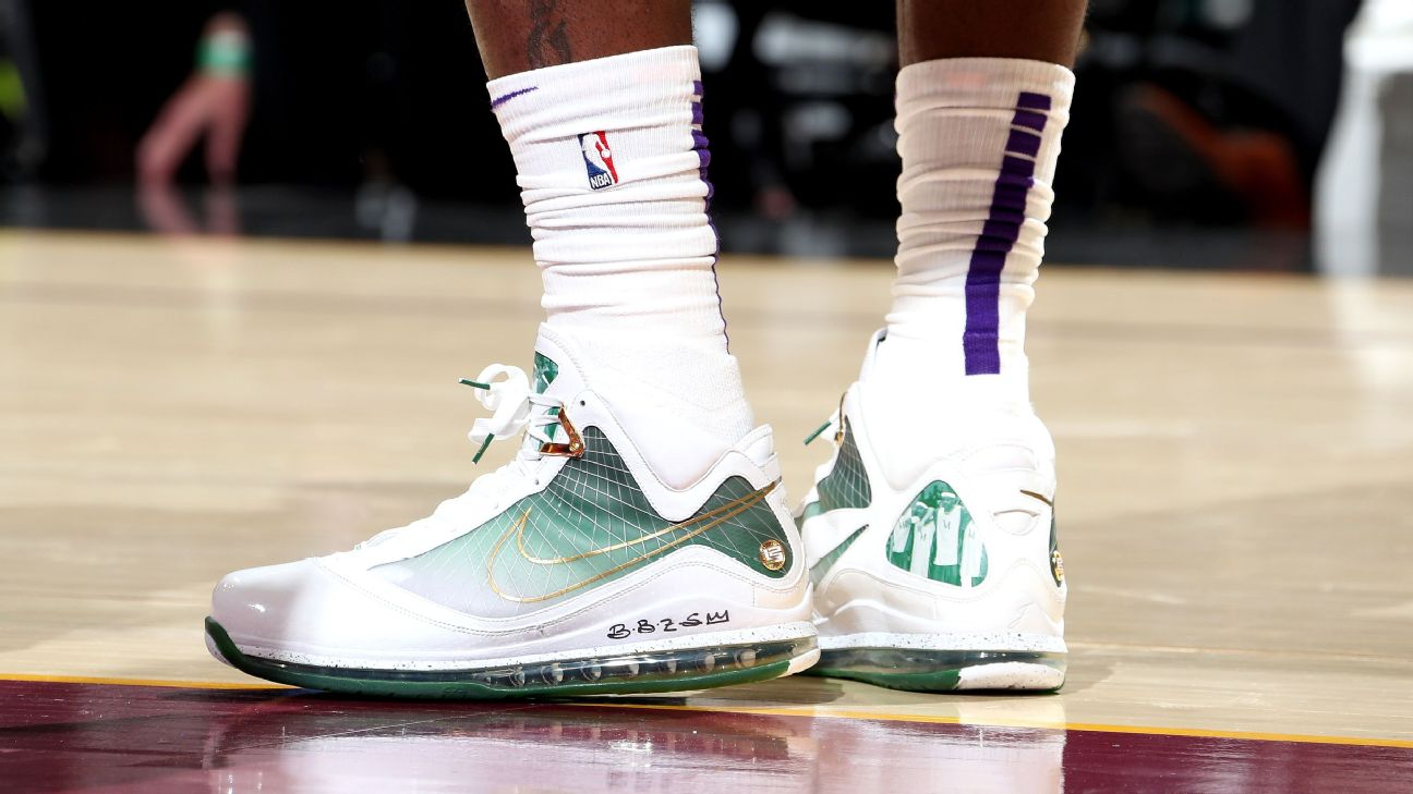 the best attitude 605d3 fa158 LeBron James wears rare pair of vintage LeBron 7 sneakers for retur ...