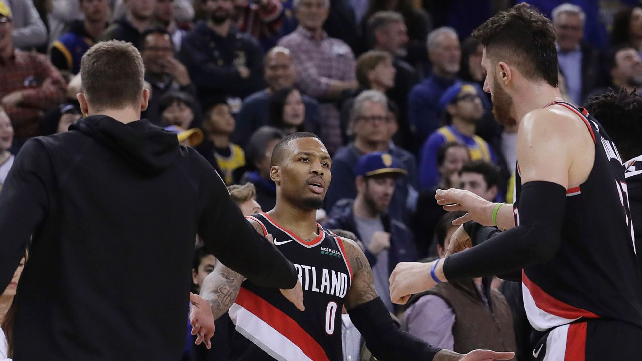 f6cc7510b553 Oakland s Damian Lillard comes up clutch for Portland s last game at Golden  State