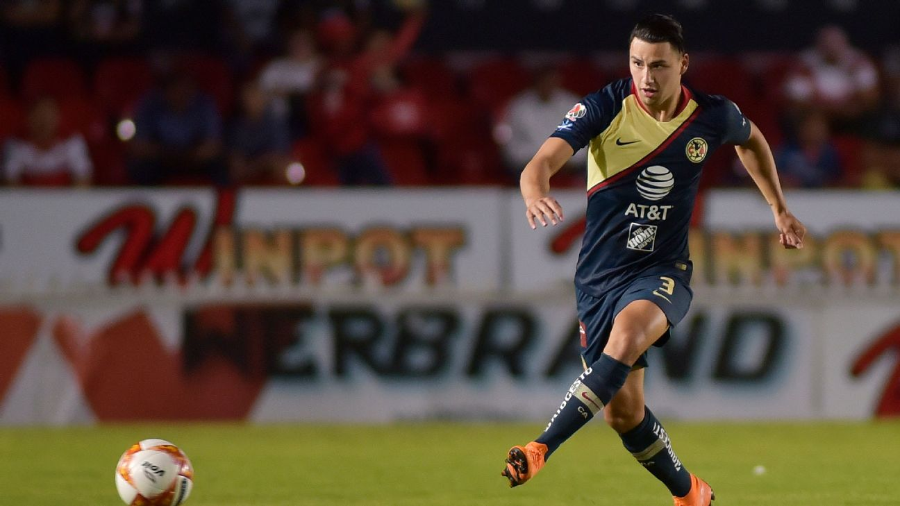 Jorge Sanchez controls the ball during America's Copa MX match against Veracruz.