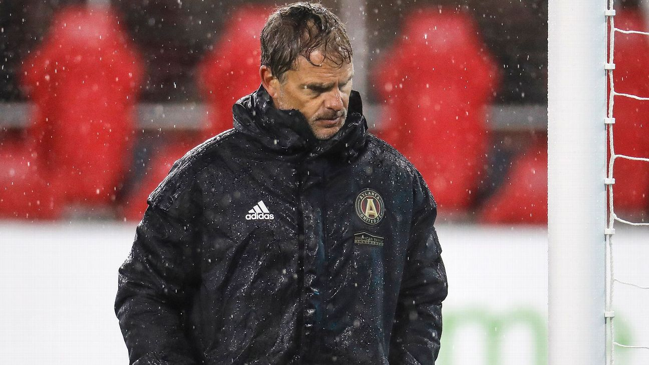 Frank de Boer walks off the pitch after Atlanta United's MLS loss to D.C. United.