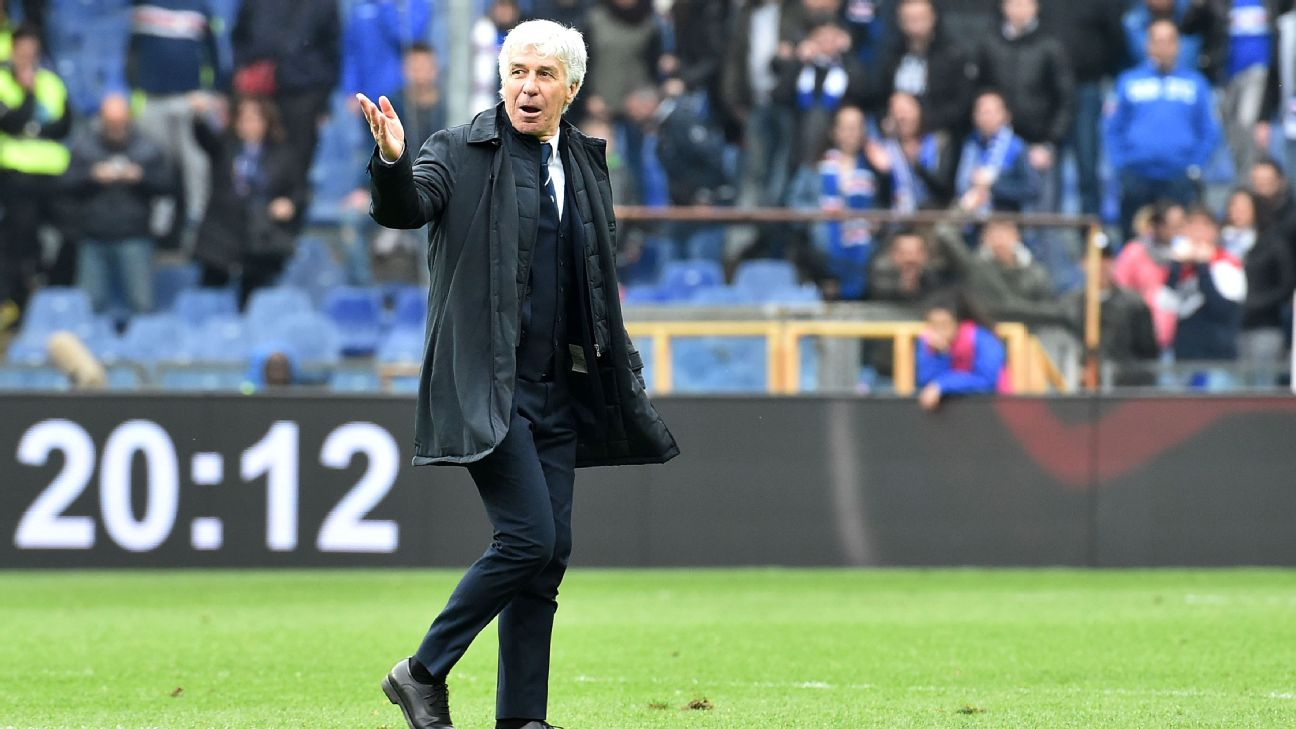 Atalanta manager Gian Piero Gasperini leaves the field after being sent off against Sampdoria.