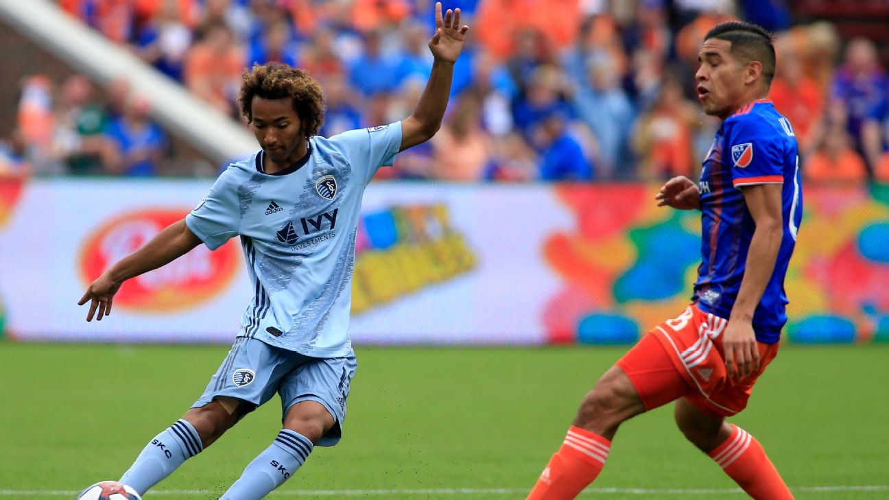 Gianluca Busio controls the ball in Sporting Kansas City's MLS match at FC Cincinnati.