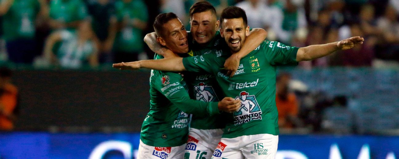 Fernando Navarro (R) of Leon celebrates his goal against Necaxa