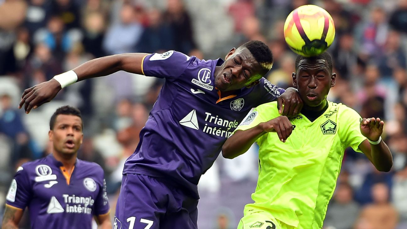 Boubakary Soumare (R) fights for an aerial ball with Toulouse's Ivorian midfielder Ibrahim Sangare