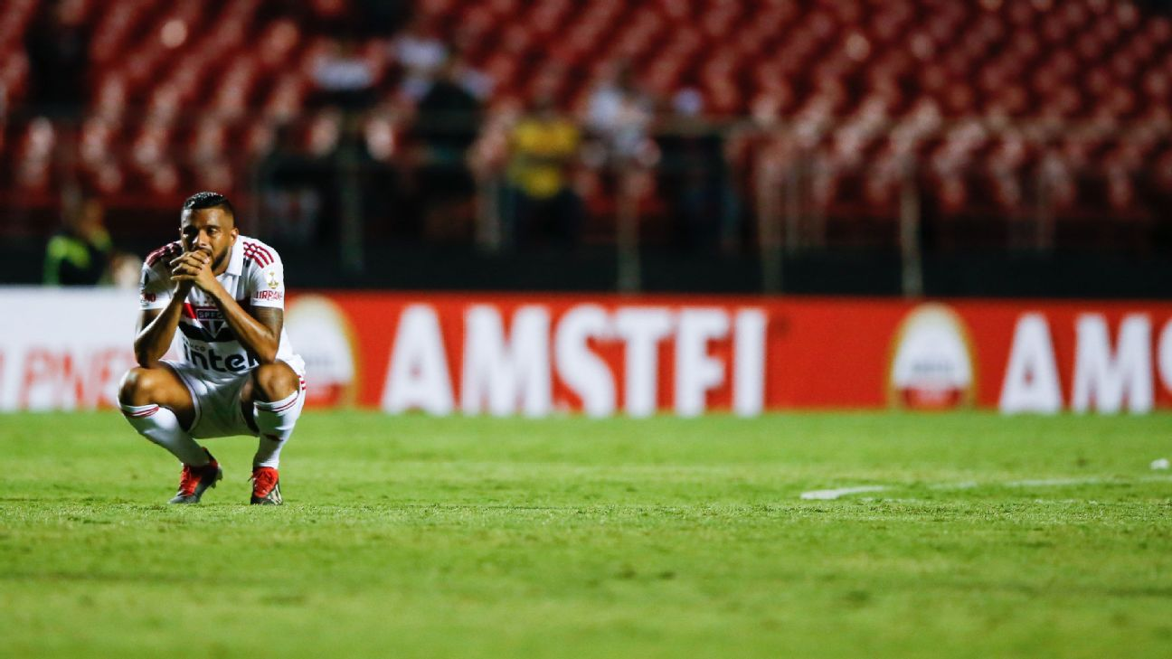 Reinaldo looks on during Sao Paulo's Copa Libertadores match against Talleres.