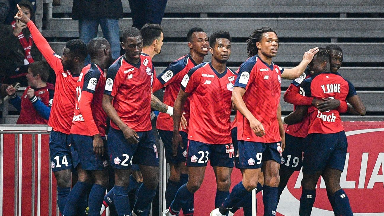 Lille forward Jonathan Bamba celebrates with teammates