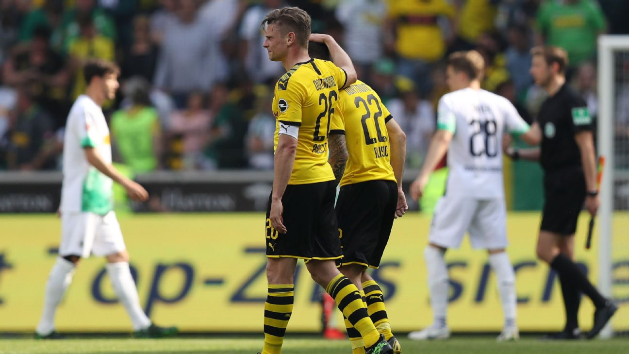 Lukasz Piszczek and Christian Pulisic of Borussia Dortmund look dejected