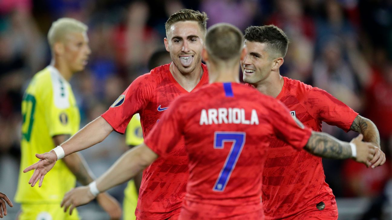 United States' Tyler Boyd, facing camera, celebrates with teammates Paul Arriola (7) and Christian Pulisic