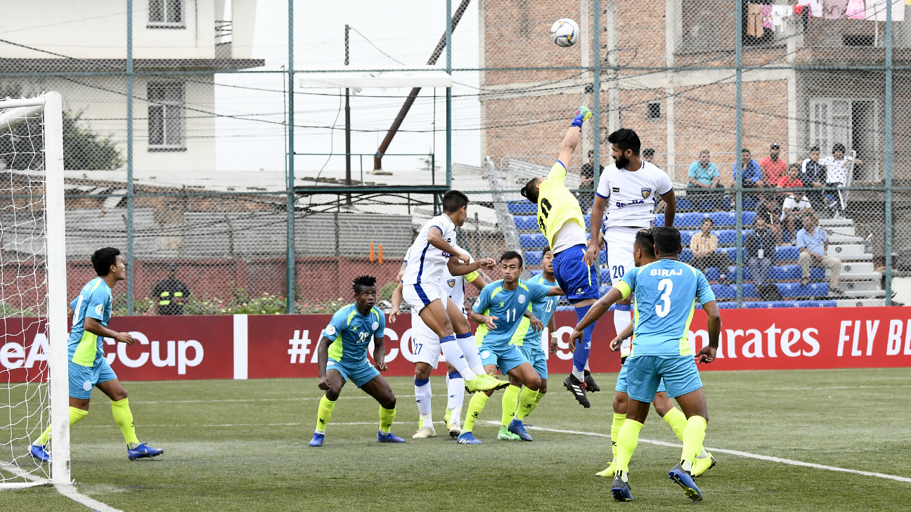 Mohammed Rafi and the Chennaiyin players compete for the ball during a corner.