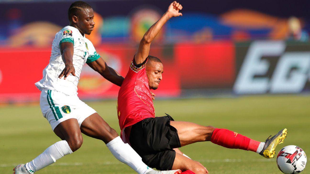 Angola's Bruno Gaspar battles with Mauritania's Ismail Diakhite