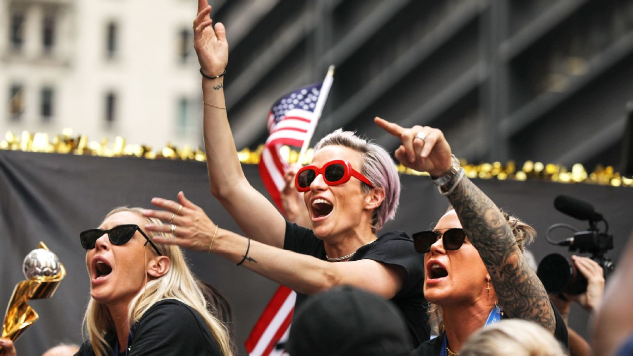 Fans fete USWNT in NYC, join equal pay crusade 1