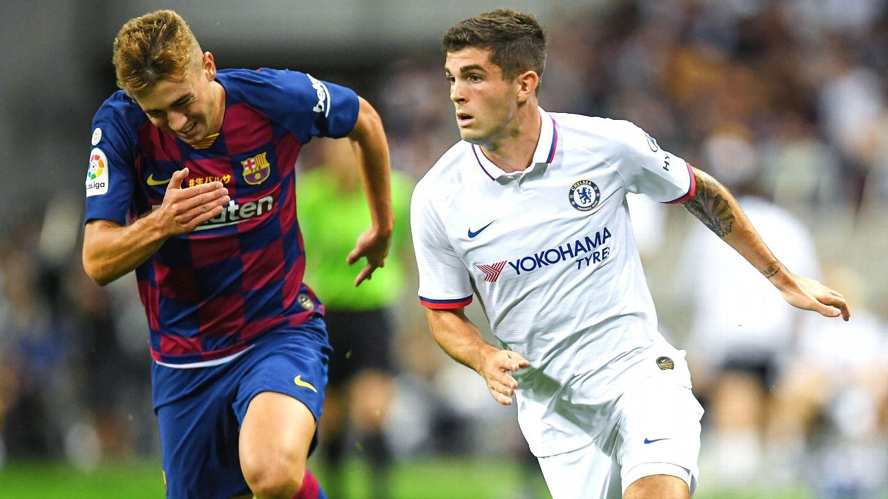 Christian Pulisic of Chelsea runs past Oriol Busquets of Barcelona