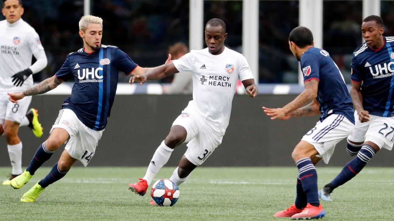 Kekuta Manneh controls the ball during FC Cincinnati's MLS match against the New England Revolution.
