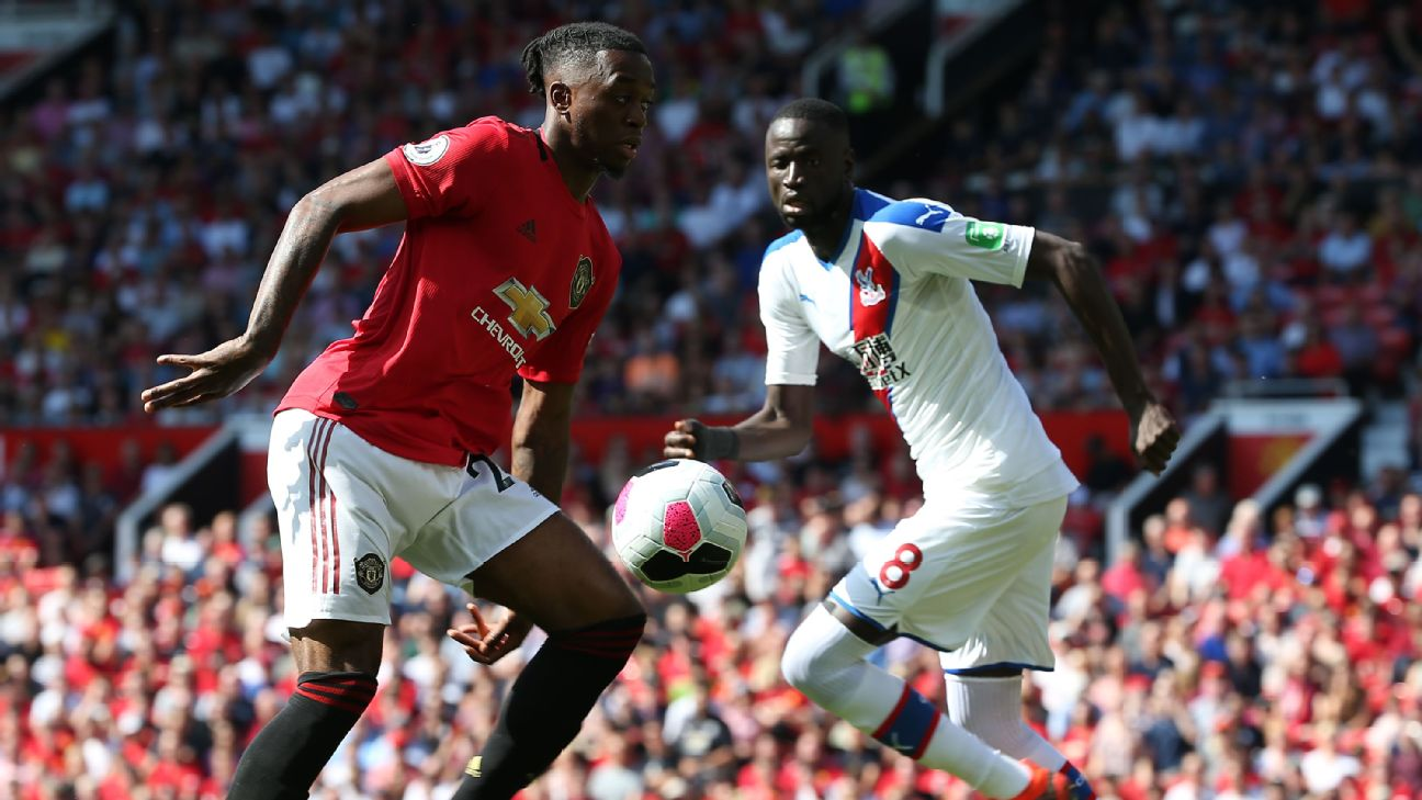 Aaron Wan-Bissaka of Manchester United in action with Cheikhou Kouyate of Crystal Palace