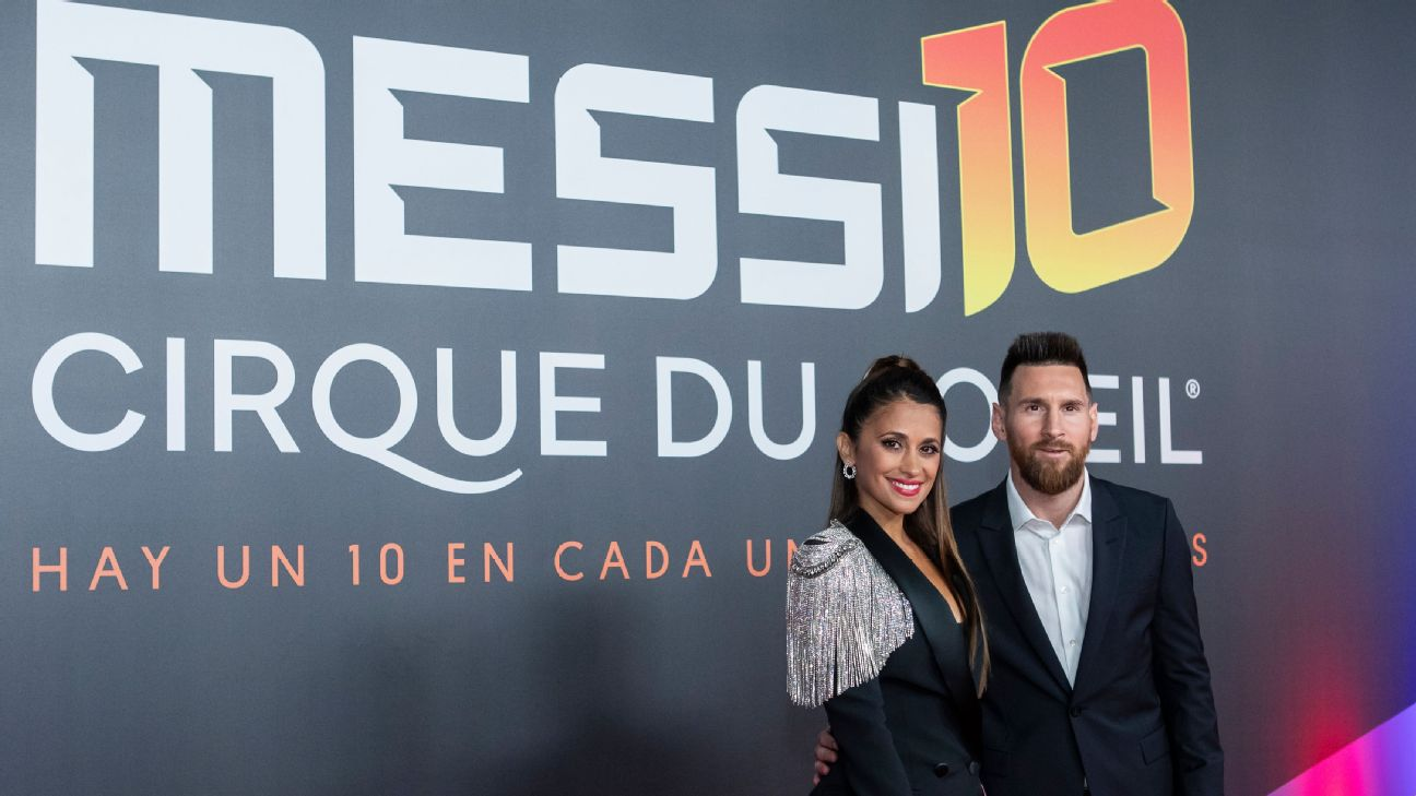 Antonella Roccuzzo and Lionel Messi pose on the red carpet during the premiere of 'Messi 10' by Cirque du Soleil