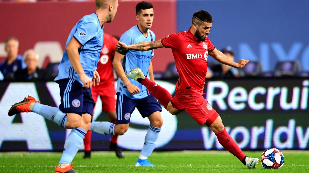 Alejandro Pozuelo passes the ball during Toronto FC's match against New York City FC.
