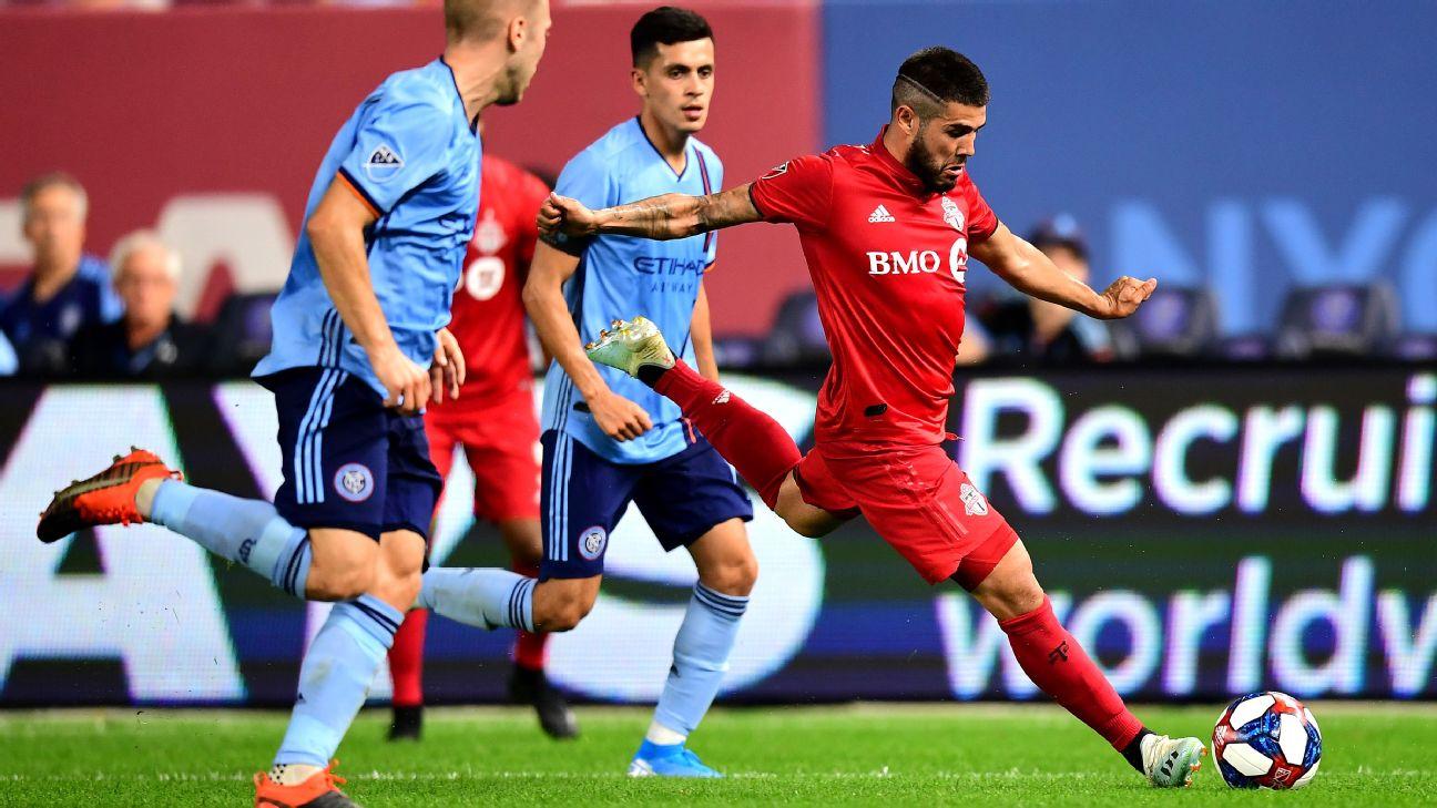 Alejandro Pozuelo passes the ball during Toronto FC's match against New York City FC.