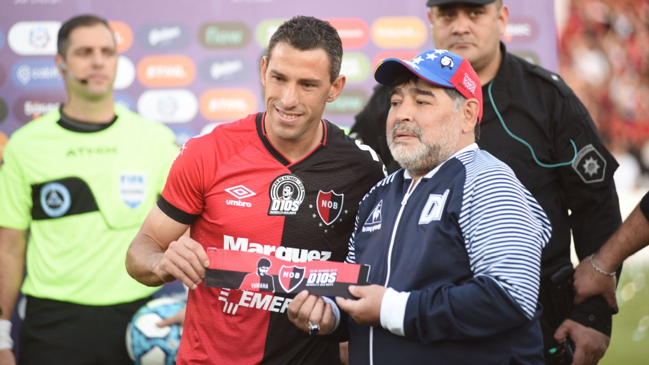 Diego Maradona poses for a photo with Maxi Rodriguez ahead of the match between Newell's Old Boys and Gimnasia.